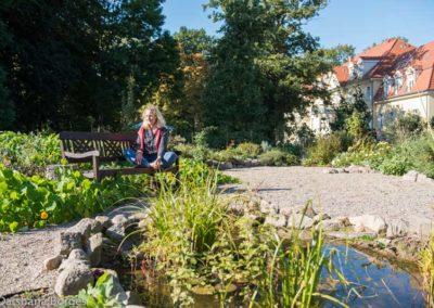 Person-Meditation.im-Garten-kloster-saunstorf