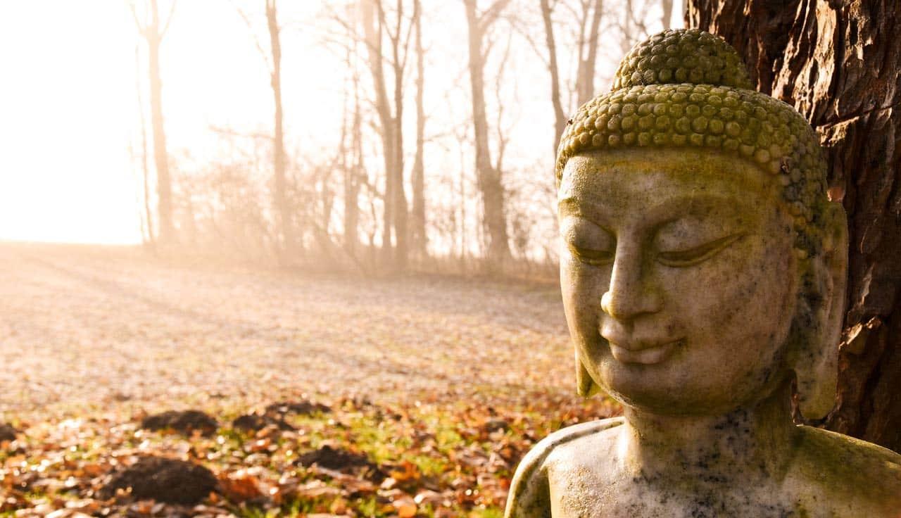 Buddha-Herbst-Park-Sonnenstrahlen