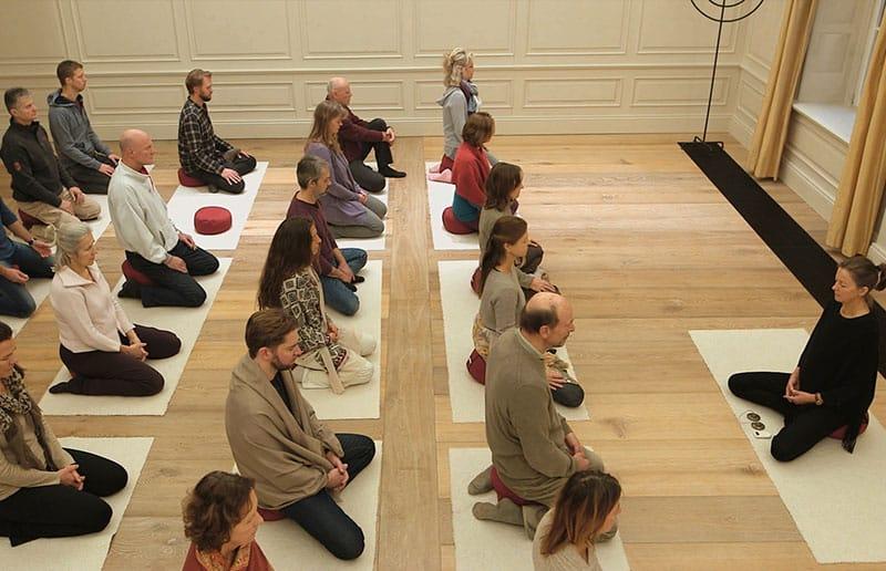 Meditation im großen Saal